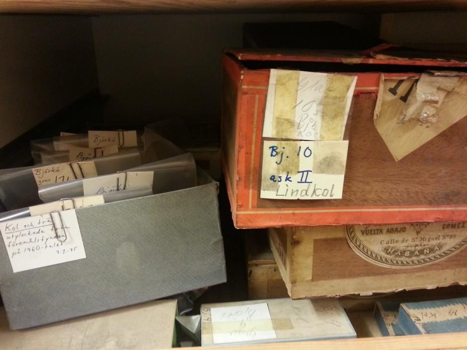 Kolprover som fortfarande ligger kvar i Stolpes cirgarrlådor.