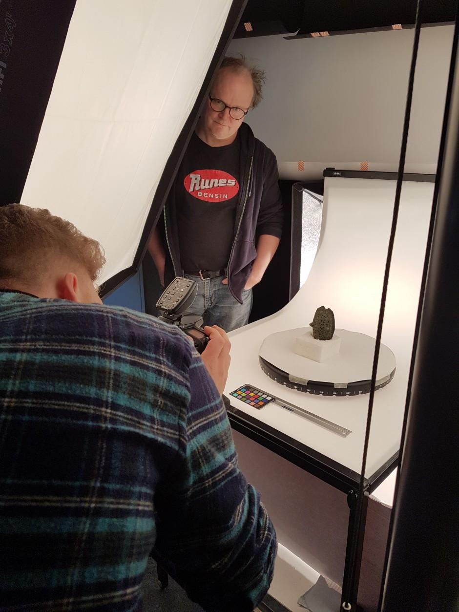 Historiska museets fotograf Ola Myrin i full färd att fota ett av föremålen